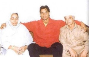Shoaib Akhtar with his parents