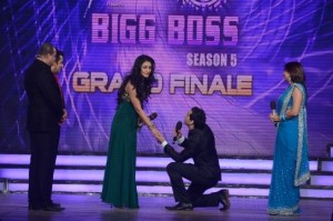 Danish Khan proposing Mahek Chahal with a ring on Bigg Boss 5 set