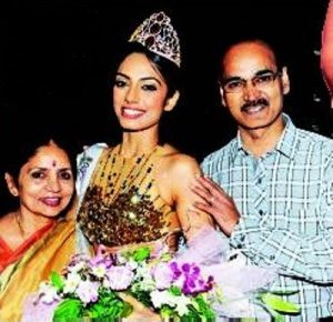 Sobhita Dhulipala with her parents-compressed