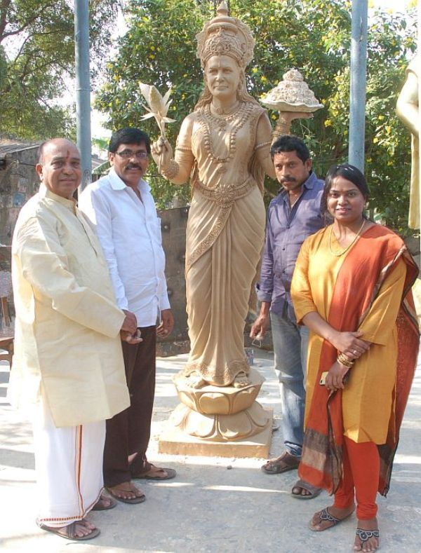 P Shankar Rao (extreme left) and his daughter with a clay model of the bronze statue of Sonia