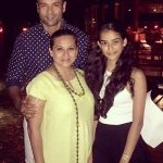rohit-roy-with-his-wife-and-daughter