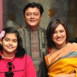 saswata-chatterjee-with-his-wife-mohua-and-daughter-hiya