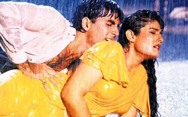 Akshay Kumar and Raveena Tandon in the song Tip Tip Barsa Pani
