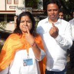 poonam-mahajan-with-her-husband