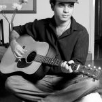 mohit-chauhan-playing-guitar