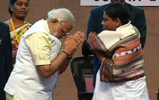 Narendra Modi folding hands before Acharya Balkrishna
