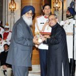 parkash-singh-badal-receiving-padma-vibhushan