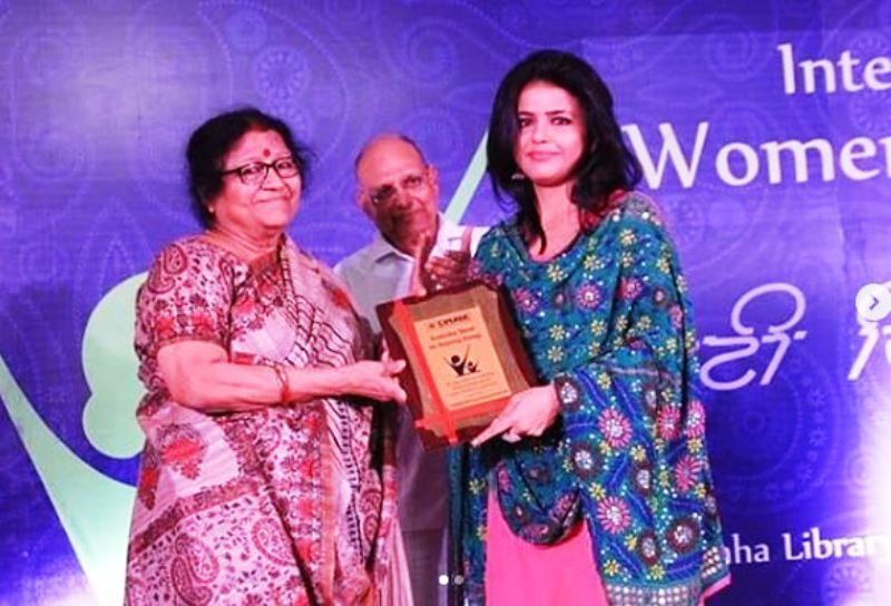 Sweta Singh Receivin an Award