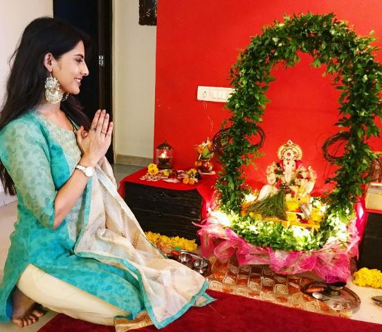 Sheetal Thakur praying to Lord Ganesha