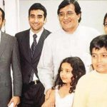Vinod Khanna with wife Kavita, sons Akshaye Khanna (extreme left) and Rahul Khanna (second from left)