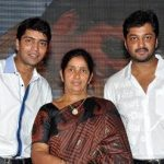 allari-naresh-with-his-mother-saraswati-kumari-and-brother-aryan-rajesh