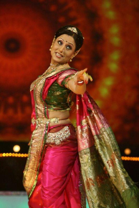Kishori Shahane doing lavani