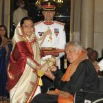Shashi Kapoor receiving Padma Bhushan from the President