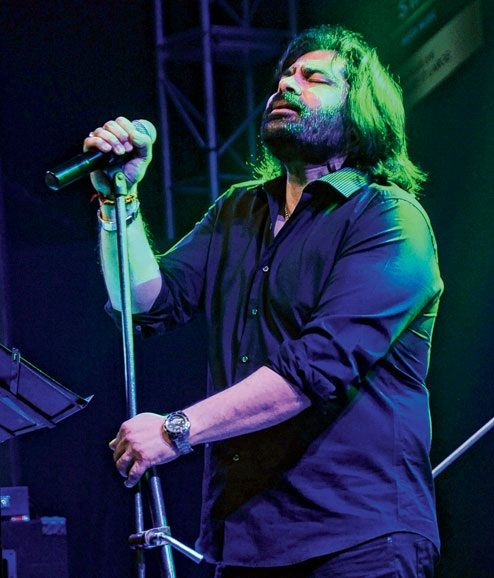 Shafqat Amanat Ali singing
