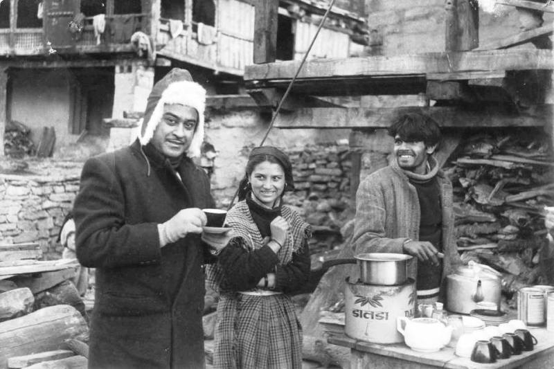 Kishore Kumar Enjoying The Street Tea