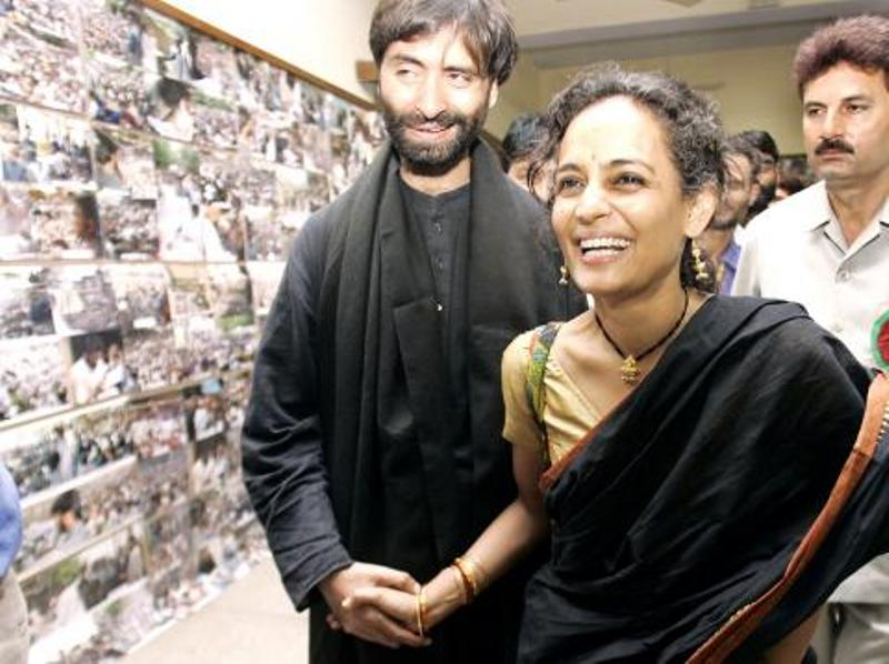 """Arundhati Roy shakes hands with Yasin Malik during the inauguration of a photo exhibition named """"Voices for Peace, Voices for Freedom"""" in New Delhi on 17 March 2005"""