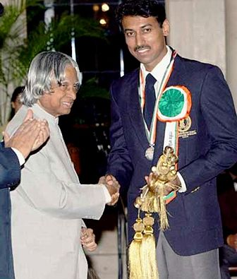 Rajyavardhan Singh Rathore receiving the Rajiv Gandhi Khel Ratna Award