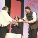 Vinod Dua Receiving RedInk Journalism Award From Maharashtra CM Devendra Fadnavis