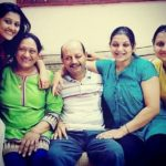Pooja Jhaveri with her parents and sisters Dhruvi Jhaveri (second from right) & Heta Jhaveri (right)