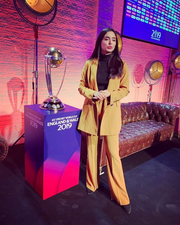Zainab Abbas Posing With The 2019 ICC Cricket World Cup Trophy