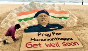 Sudarsan Pattnaik with his sand sculptor of Lance Naik, Hanumanthappa