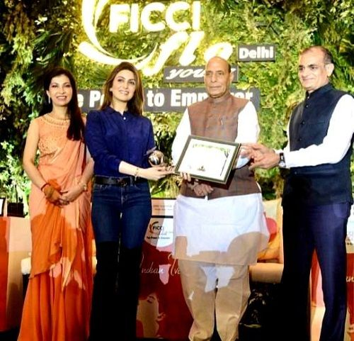 Riddhima Kapoor received FICCI FLO Delhi Award in 2018
