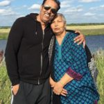 Vindu Dara Singh with his mother Surjit Kaur Randhawa