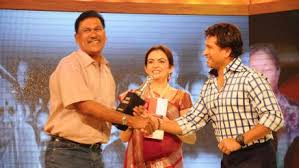 Vijay Barse receiving Hero Award from Sachin Tendulkar