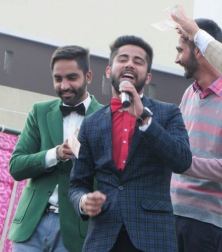 Varinder Brar singing in a marriage function