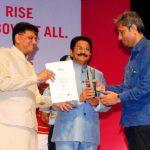 Ravish Kumar Getting The Best Journalist of The Year Award by Mumbai Press Club