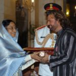 Hans Raj Hans receiving the Padma Shri