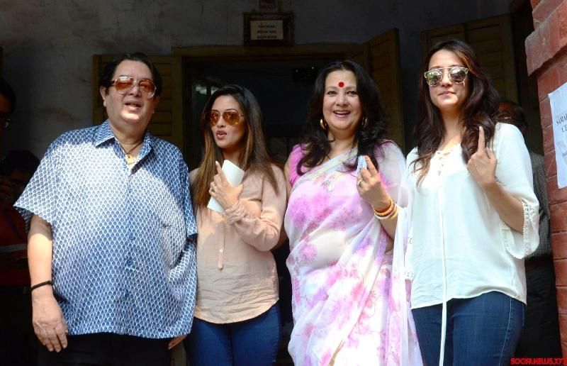 Moon Moon Sen With Her Husband And Daughters