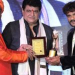Khesari Lal Yadav Receiving UP Ratan Award