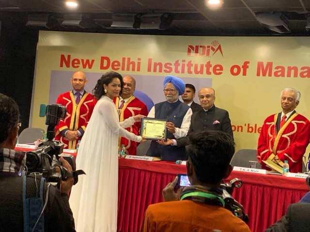 Masaba Gupta receiving an Award from Manmohan Singh
