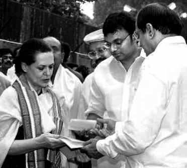 P Chidambaram Handing Over The Merger Papers Of His Party With The Congress To Sonia Gandhi