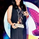Ekta kapoor posing with the award