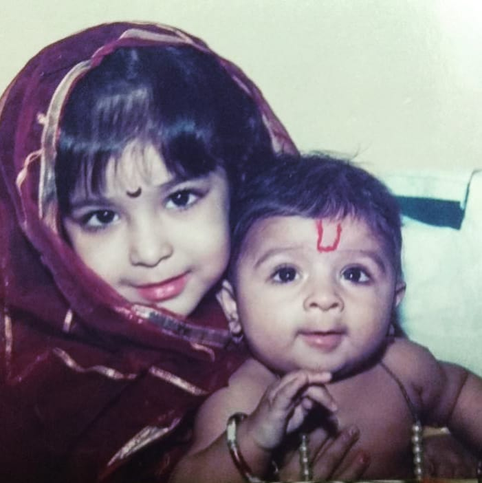 Neha Shitole's childhood picture with her younger brother
