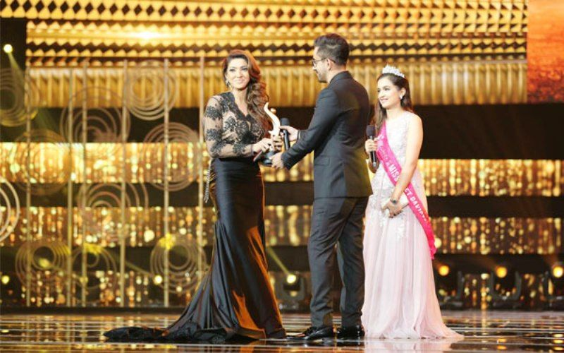 Sana Fakhar receiving Hum Awards for Best Supporting Actress