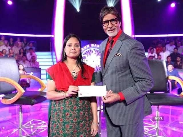 Amitabh Bachchan giving Rahat Taslim a one crore ruppee cheque