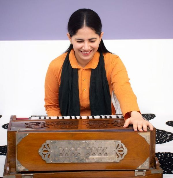 Jaya Kishori playing Harmonium