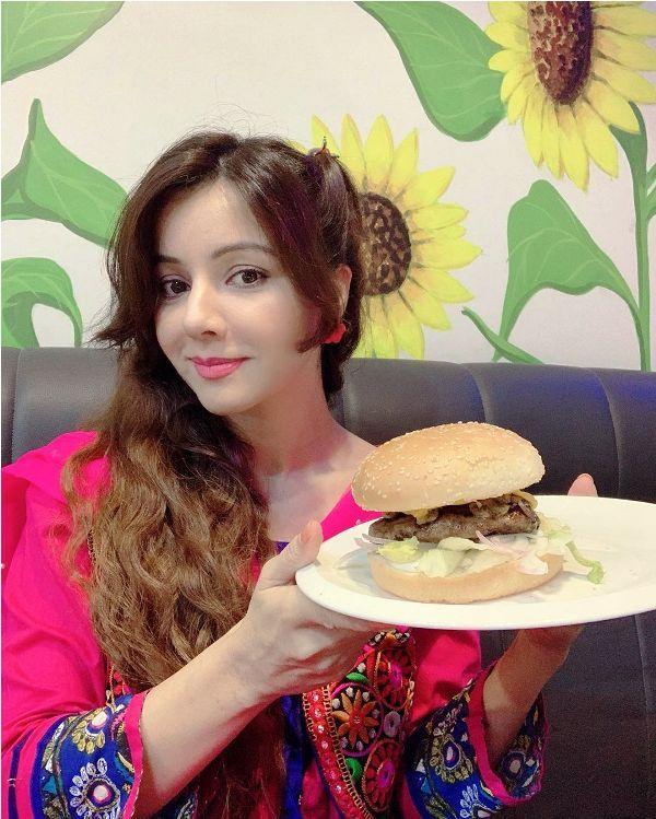 Rabi Pirzada Showing Non-Veg Burger