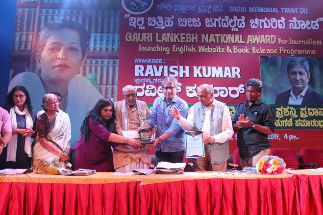 Ravish Kumar Receiving the Gauri Lankesh Award