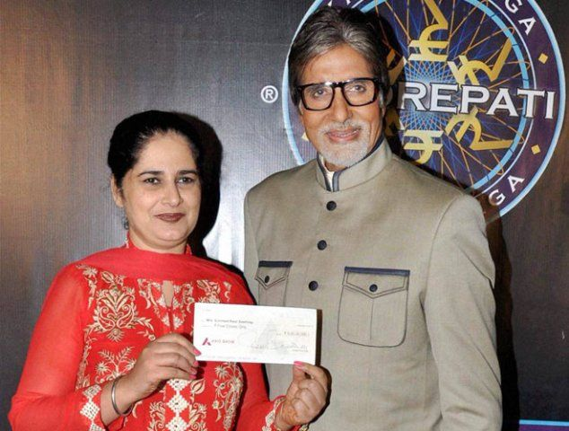 Sunmeet Kaur Sawhney showing off her 5 crore cheque with Amitabh Bachchan