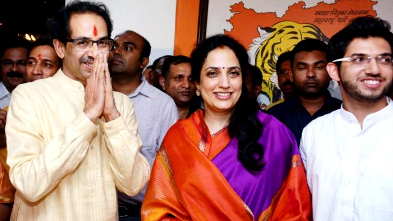 Aditya Thackeray (right) with his father Uddhav (left) and his mother Rashmi (centre)
