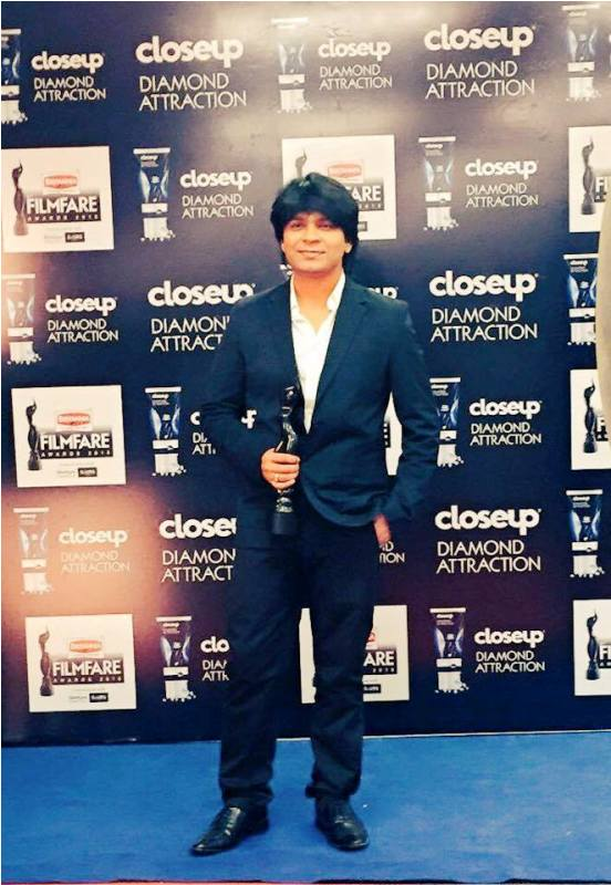 Ankit Tiwari Posing with His Filmfare Award