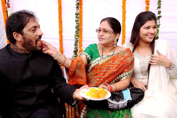 Gopal Kanda with his wife Saraswati Devi (centre) and his daughter (right)
