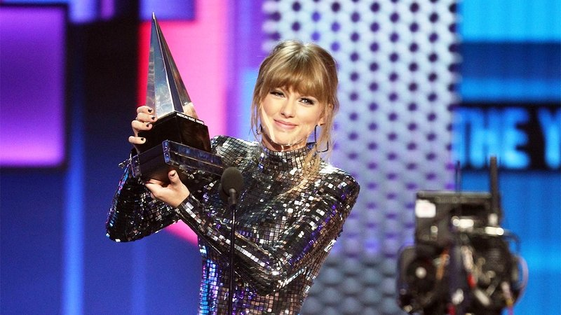 Taylor Swift Posing with Her American Music Award