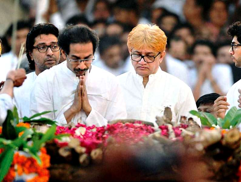 Uddhav Thackeray with his elder brother Jaidev Thackeray (right)