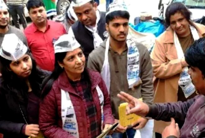 Sunita Kejriwal campaigning with Harshita Kejriwal (extreme left) and Pulkit Kejriwal (second from right)