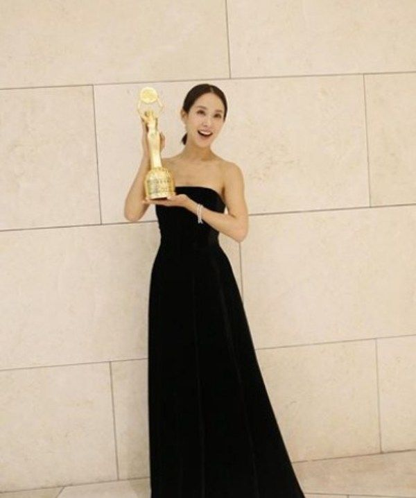 Cho Yeo-jeong with her Blue Dragon Film Award